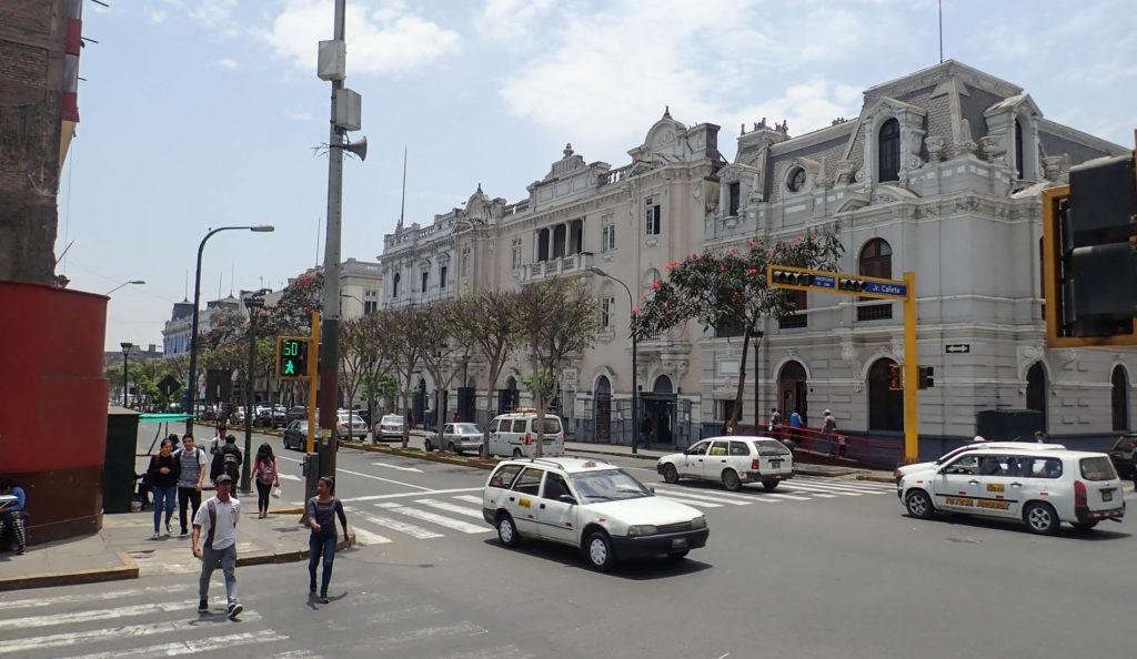 Widok na ulicę Av Pierola pokazujący wiele drzwi do małych sklepów muzycznych