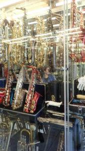 Saksofony w szklanej walizce na sprzedaż