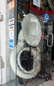Sousaphone w oknie sklepu muzycznego